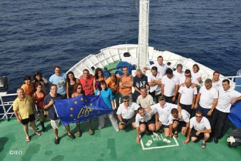 B/O Miguel Oliver con el equipo de marinera y científico participante zona de navegación en puente de mando y torno del coaxial de popa ©IEO