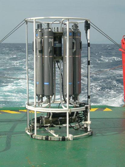 Instrumento conocido como CTD. Su nombre corresponde a las siglas en inglés de Conductividad, Temperatura y Profundidad (Depth) ya que permite, gracias a los sensores electrónicos que se le incorporan, medir las características físicoquímicas del agua. Es