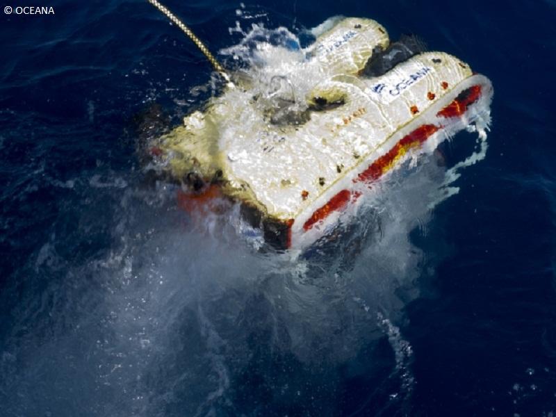 ROV entrando al agua ©OCEANA