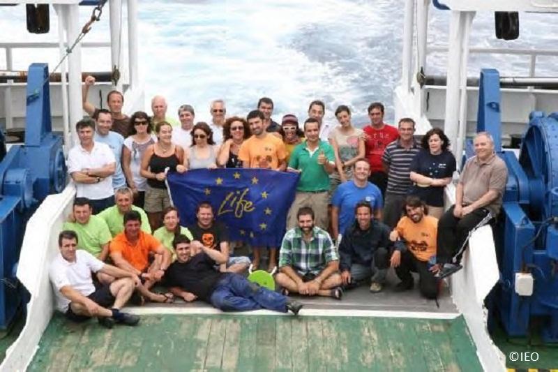 Buque Miguel Oliver con el equipo de marinería y científico participante ©IEO