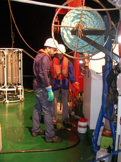 Trabajando de noche en cubierta / Night works on the deck ©ICM-CSIC