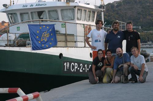 Los científicos participantes a la segunda campaña, en el muelle, al lado de nuestro barco. De izquierda a derecha, arriba: Nander, Juan y Sebastián, abajo Cèlia, Marta, Pablo y Serge. Foto: Serge Gofas.