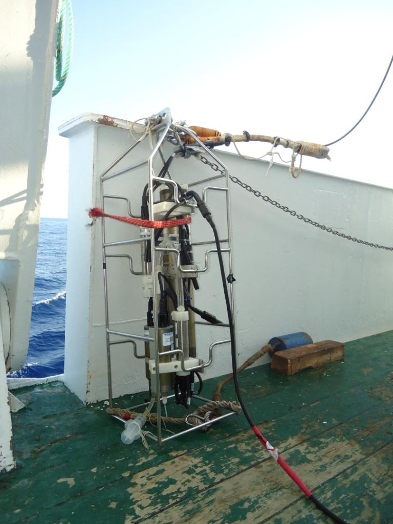 CTD (de las siglas en inglés: Conductivity, Temperature and Depth), equipo de estudio hidrográfico, con el que se mide salinidad, presión, fluorescencia, oxígeno disuelto y temperatura de las masas de agua. Campaña Agosto 2011 Canal de Menorca © IEO