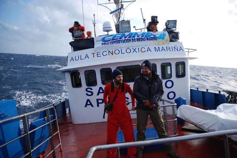 La tripulación trabajando durante la campaña / The crew working during the campaign ©CEMMA