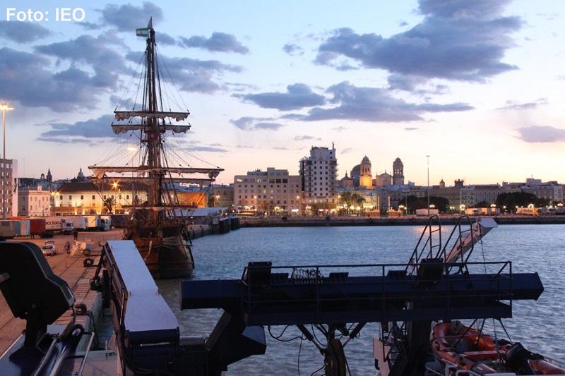 Anochece en la ciudad de Cádiz. El ocaso del sol que se esconde por detrás de la Catedral nos ofrece un espectáculo bellísimo. Las primeras luces se encienden y el galeón La Pepa, compañero de atraque, perfila la silueta de su aparejo sobre el azul del ci