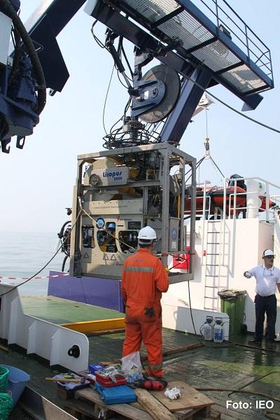 El LIROPUS suspendido del LARS sobre la cubierta del B/O Ramón Margalef. Los técnicos especialistas dan las instrucciones al Contramaestre del barco para que realice la maniobra con las máximas garantías de seguridad ©IEO