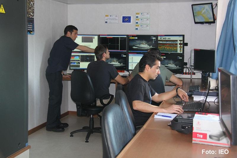 Laboratorio de acústica. Los expedicionarios preparan sus herramientas informáticas para realizar los levantamientos nocturnos con las sondas multihaz y paramétrica (topas) ©IEO