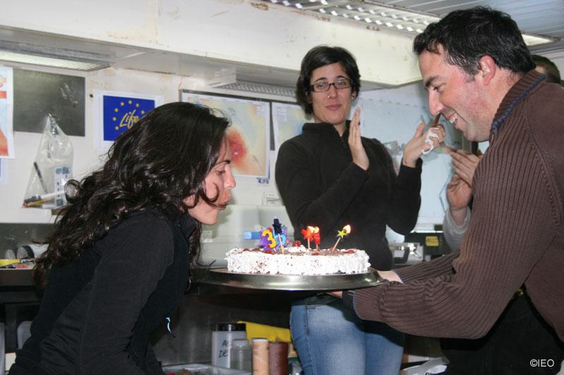 Celebración a bord, Alejandra Fernndez sopla la tarta de cumpleaños ©IEO