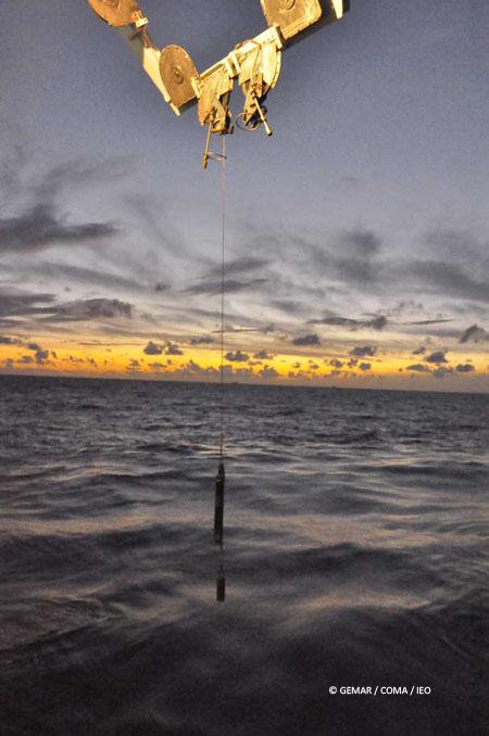 Operación de arriado del sensor de velocidad de sonido al anochecer © IEO