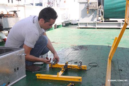 Curro López, el Tecnólogo del Grupo GEMAR, se afana en calibrar los punteros láser con el fin de que resulten útiles para hacer mediciones sobre las fotografías, una vez que se recuperen a bordo © IEO