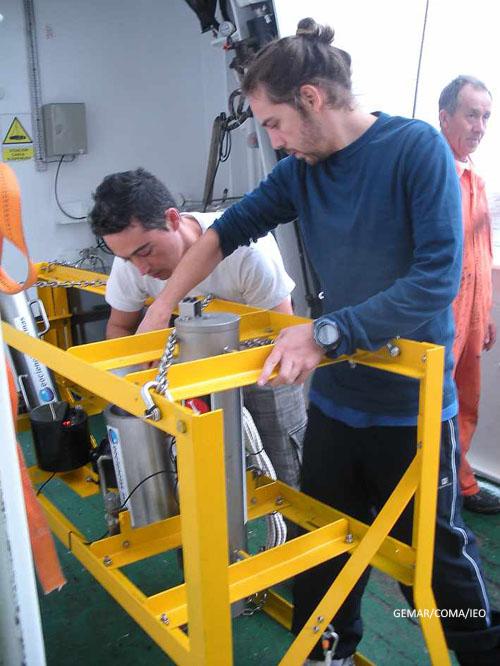 Curro López, junto con Víctor Larios estudiante de la UCA, se afana en dejar preparado el VOR para que esté operativo en el momento en el que se decida sumergirlo para observar los lugares de interés © IEO