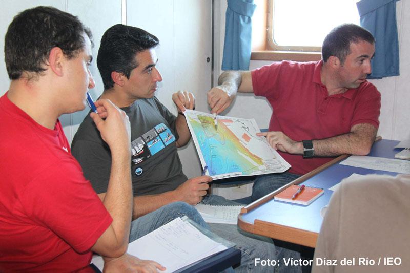 Reunión científicia a bordo. El Jefe de Campaña, Dr. Luís Miguel Fernández Salas, comenta con el resto de la expedición científica los pormenores de las operaciones que se van a realizar durante la campaña.©IEO