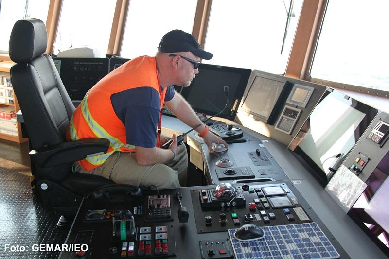 Luis Gago, el Capitán del B/O Ramón Margalef, sigue con precisión milimétrica las evoluciones del VOR sobre la superficie del fondo marino©GEMAR/IEO