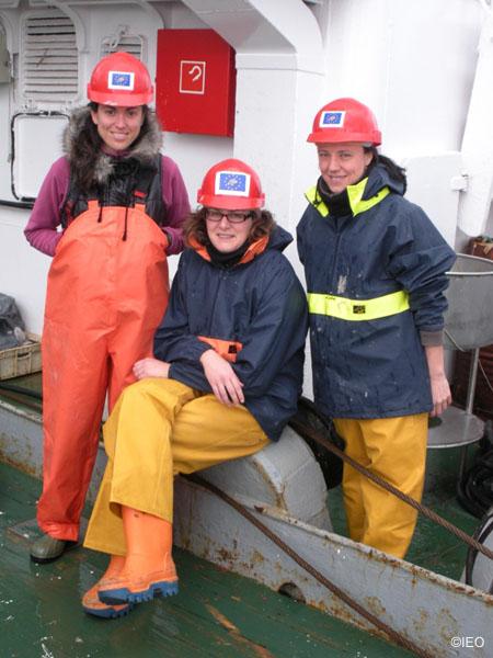 La investigadoras Alejandra Fernandez, Desi Palomino y Nieves López en traje de faena ©IEO