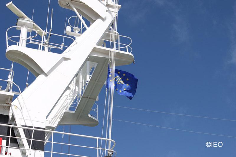 El buque navega con la bandera del proyecto LIFE izada en el palo mayor ©IEO