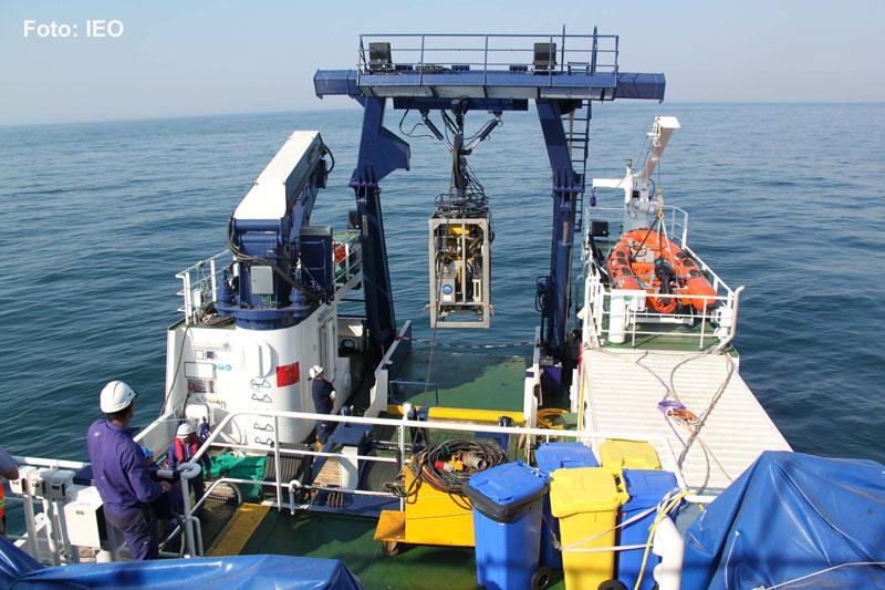 La popa del B/O Ramón Margalef operando con el ROV LIROPUS 2000 para realizar la primera excursión por los fondos del Golfo de Cádiz, tratando de observar el habitat 1180 de la Red Natura 2000 ©IEO