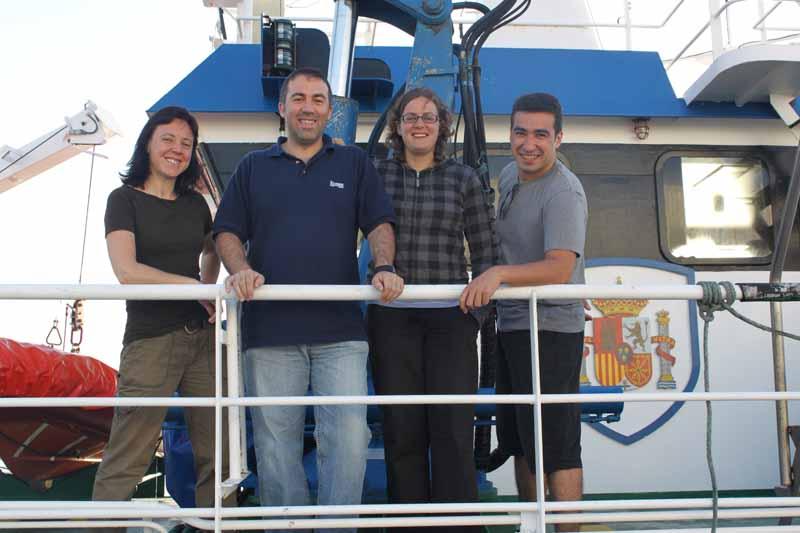 Científicos del Grupo de Investigación GEMAR (www.ma.ieo.es/gemar/) a bordo del B/O Emma Bardán antes de iniciar la jornada del día 2 de junio. De izquierda a derecha: Dra. Nieves López González, Jefa de Campaña; Dr. Luis Miguel Fernández Salas; Licenciad