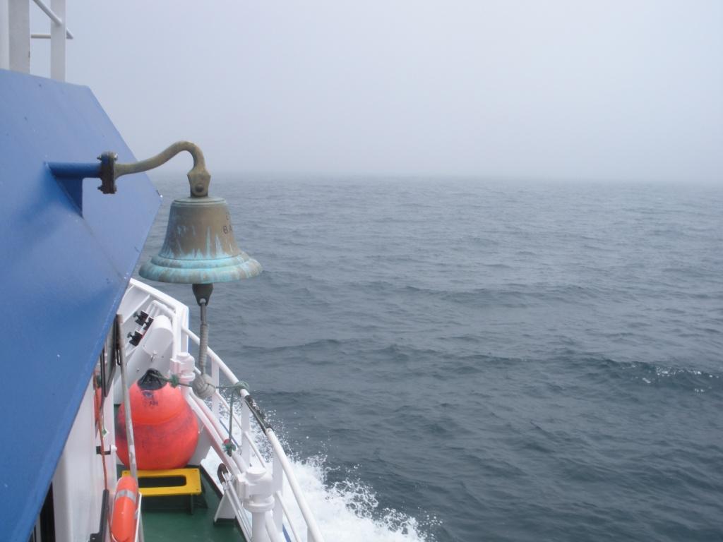 La amura de estribor en plena navegación corriendo una línea. Al fondo, el espeso banco de bruma que cubrió la superficie de la mar al inicio de la tarde ©IEO