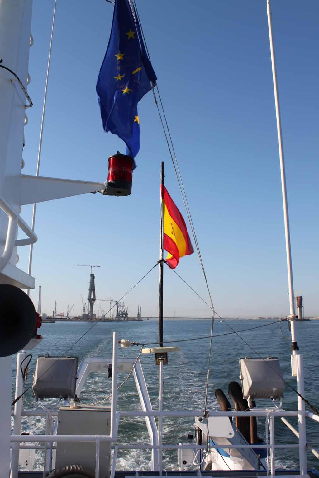 Por la popa del barco, surcando la bahía, dejamos los enormes pilares del nuevo puente en construcción ©IEO