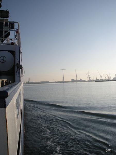 La salida del puerto permite ojear la otra orilla de la bahía. Rasgos de la industrialización de la zona que parece desmoronarse ©IEO