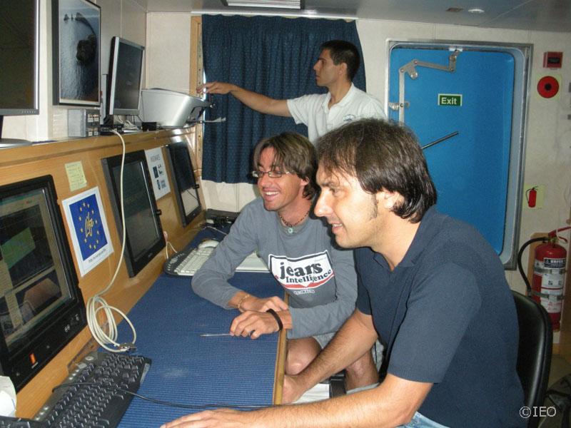 Miguel Angel Lleches, técnico de Simrad, junto a Antonio Torres y, al fondo, el Primer Oficial Manuel A. Piñeiro Barros ©IEO