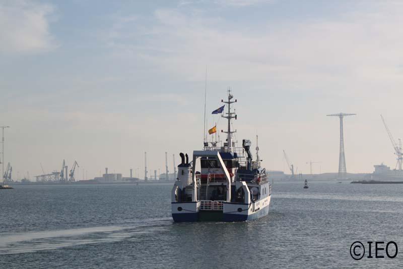 El B/O Emma Bardán enfila la bocana del puerto de la Zona Franca de Cádiz, para iniciar las actividades de hoy. El emblema del Proyecto LIFE ondea junto a la bandera de España que tanto se ha ventilado en el día de hoy, con ocasión del partido de fútbol E