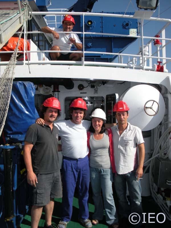 Equipo de cubierta de contingencia. De izquierda a derecha: Santiago Baluja, Alberto Chápela, Nieves López, Curro López. En la cubierta superior, a la maquinilla, José Costas ©IEO