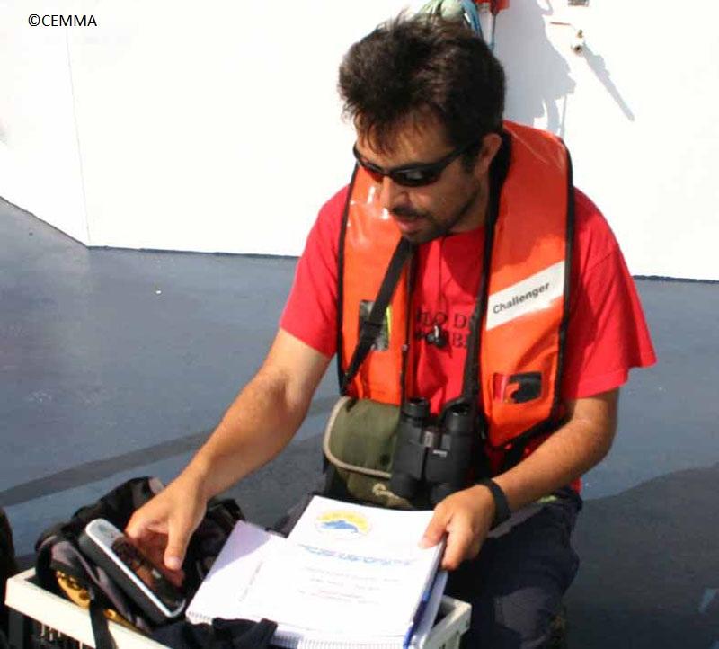 Jose, un miembro del equipo, realizando labores de observación ©CEMMA