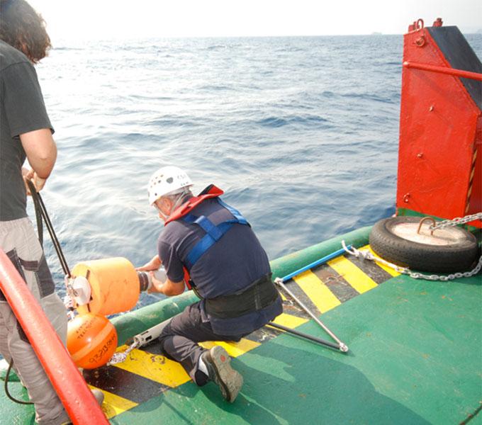 Momento de la preparación de los sistemas acústicos para detectar sonidos de cetáceos antes de ser lanzados al mar / Preparing the acoustic systems to detect the cetaceans sounds before it is dropped to the sea ©ICM-CSIC