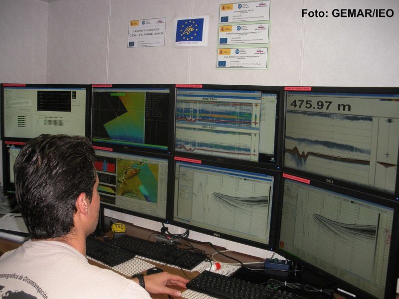 Gerardo Bruque a cargo de los controles de las sondas batimétricas y de la sísmica de muy alta resolución, pasa la noche, junto a Daniel Gutiérrez de la Flor, observando las pantallas en las que van apareciendo las imágenes del fondo marino a medida que e
