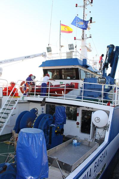 La tripulación del B/O Emma Bardán da los últimos retoques en cubierta previos a la maniobra de desatraque. El emblema del Proyecto LIFE ondea en el palo mayor del buque ©IEO