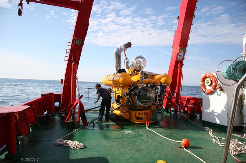©El submarino JAGO en cubierta apunto de ser sumergido en el Cañón de Creus ©ICM-CSIC