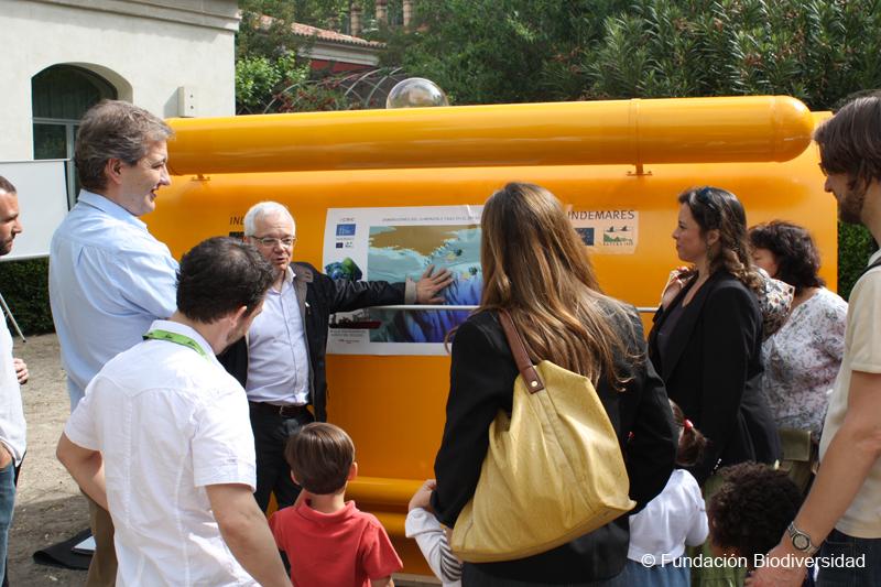 Josep María Gili, investigador del CSIC, explicando el funcionamiento del submarino utilizado en las campañas del proyecto ©Fundación Biodiversidad