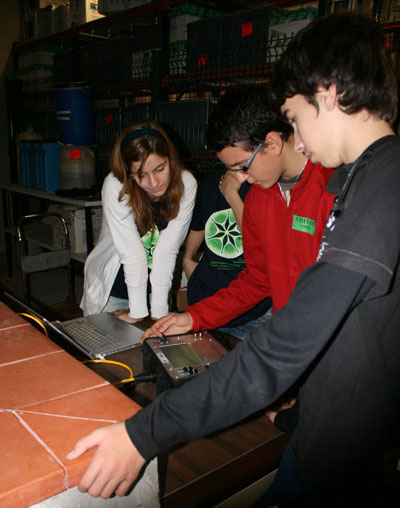 Alumnos de diferentes colegios prueban a manejar un ROV / Students from different schools trying to operate a ROV ©Fundación Biodiversidad