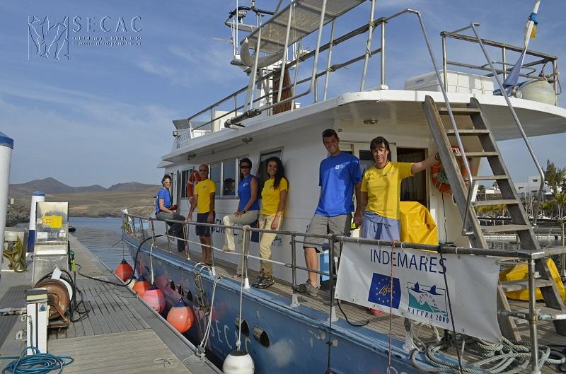 La embarcación Oso Ondo y el equipo SECAC en Puerto Calero (Lanzarote) ©SECAC