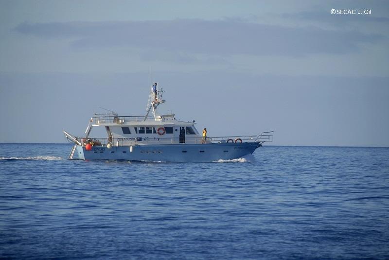 La embarcación Oso Ondo navegando en transecto ©SECAC