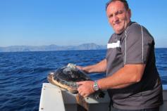 El pescador Hilario Paredes lleva desde 1986 colaborando con investigadores y conservacionistas. En ésta foto, Hilario libera a la tortuga que seguimos en éstos momentos por satélite © Alnitak