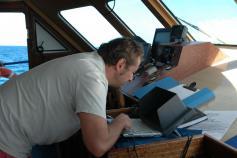 Jefe de Campaña haciendo el seguimiento de la maniobra de pesca / The campaign coordinator controlling the fishing maneuver ©Sebastián Jiménez Navarro/IEO/INFUECO 1009