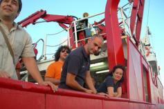 Desde abajo, ya en la barca, comentamos los últimos detalles con los compañeros que se quedan / From the small boat the last details are discussed with the colleagues onboard ©ICM-CSIC