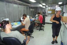 Científicos analizando las muestras obtenidas con el patín epibentónico en el laboratorio que se encuentra justo al lado del parque de pesca. Campaña Agosto 2011 Canal de Menorca © IEO