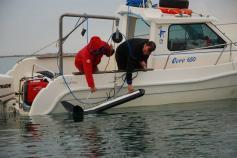 Bajando el sónar al mar para la toma de datos ©Submón