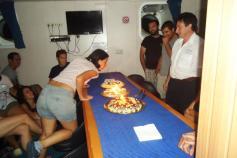 Marta Díaz-Valdés soplando las velas de las 3 tartas con toda la dotación científica a su alrededor. Campaña Agosto - Septiembre 2011 Canal de Menorca © IEO