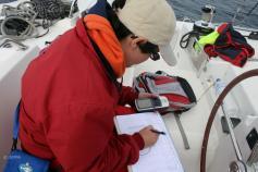 Un miembro de CEMMA tomando datos durante la campaña ©CEMMA