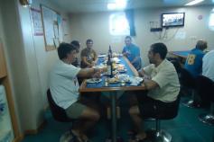 """Comida de los domingos en la que se puede observar el surtido de """"tapas"""". Campaña Agosto - Septiembre 2011. Canal de Menorca © IEO"""