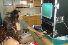 Dos de los participantes en la campaña tomando datos de las imágenes que se obtienen a tiempo real con el trineo fotográfico. De esta manera se puede saber que tipo de fondo se está estudiando antes de descargar las fotos que va sacando la cámara fotográf