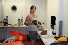 Cèlia, fotografiando esponjas en el laboratorio de a bordo. Es muy importante guardar información del color de estos animales, ya que se pierde luego en el formol. Foto: Sebastián Martín