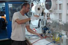 Operaciones de laboratorio filtrando el agua recogida con las botellas hidrográficas / Laboratory work filtering the colleted water by the hydrographical bottles ©ICM-CSIC