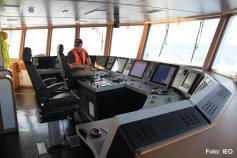 El Capitán Luis Gago en su puesto de control del buque ©IEO