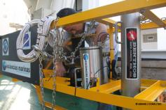 El Tecnólogo Curro López da los últimos retoques al VOR (Vehículo de Observación Remolcado) antes de realizar una inmersión. Las cámaras de fotografía y video submarino son el mejor medio para analizar en detalle los ecosistemas bentónicos que componen el