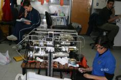 Laura ayudando a la revisión de la sonda CTD ©IEO